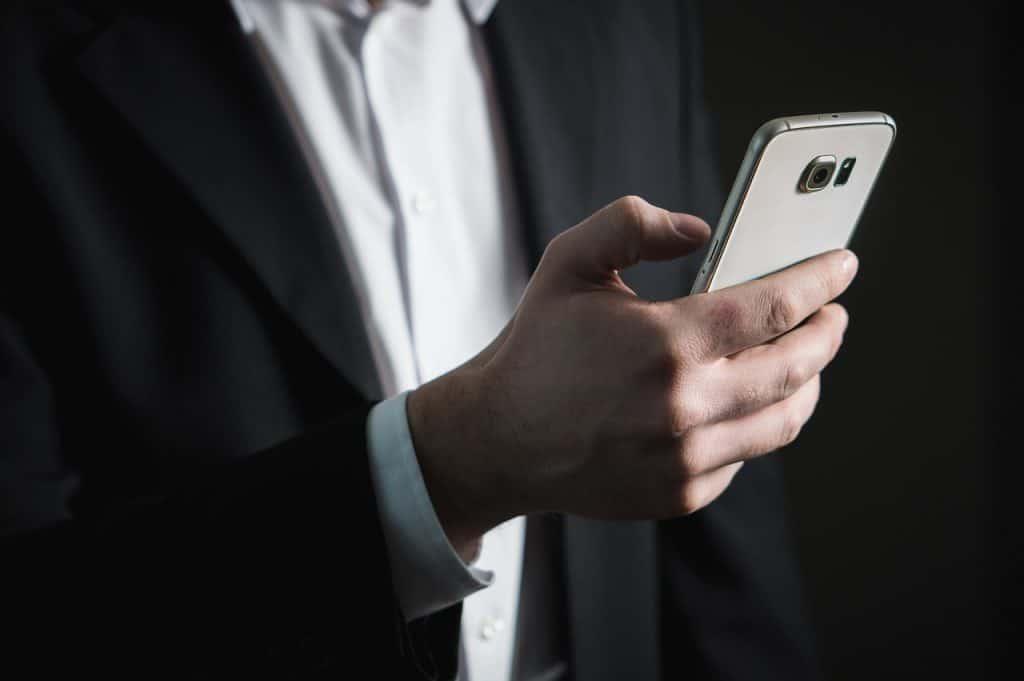 עורך דין מחזיק טלפון