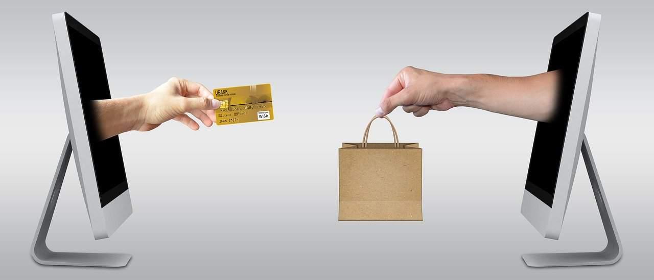 שני מסכים זה כנגד זה. מתוך המסך יוצאת יד עם סל קניות. מתוך המסך השני יוצאת יד עם האשראי. נראה כמו עסקת חליפין.