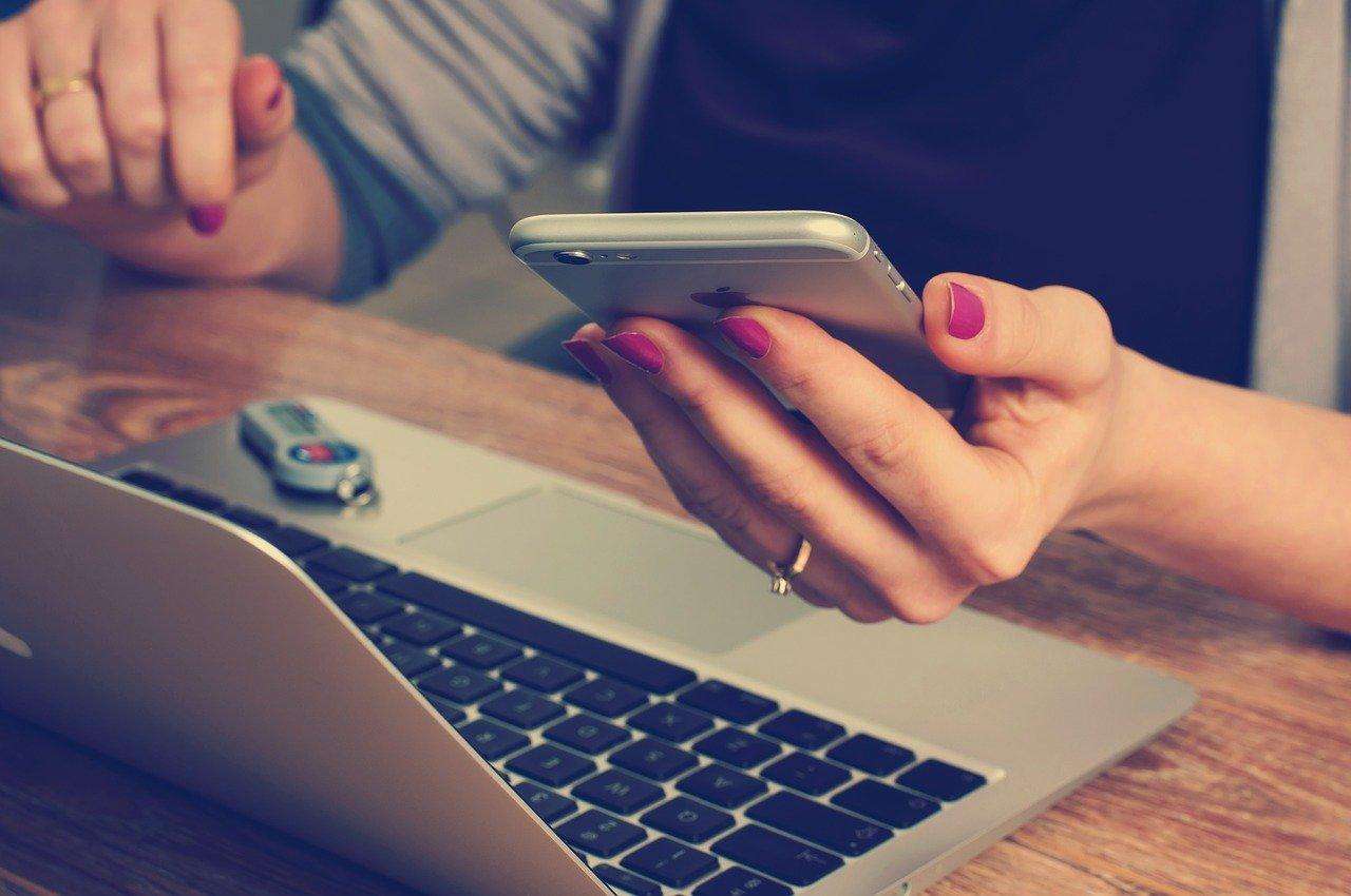 מחשב ומכשיר טלפון